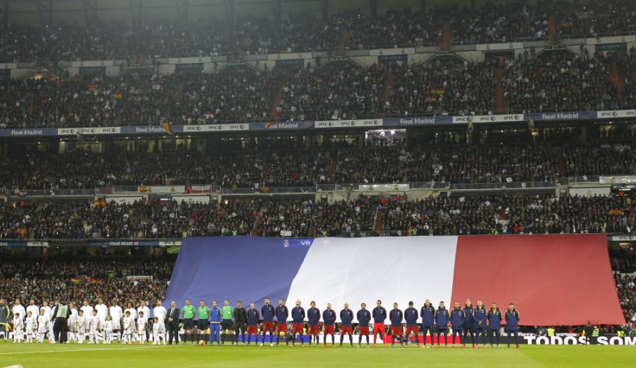 In+the+el+Clasico+matchup%2C+the+players+from+Real+Madrid+and+Barcelona+pay+tribute+to+the+Paris+attacks.